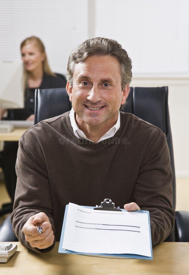 человек удерживания clipboard стоковое изображение rf