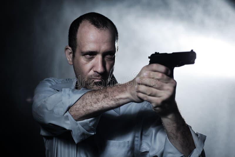 Человек указывая пушка стоковая фотография rf