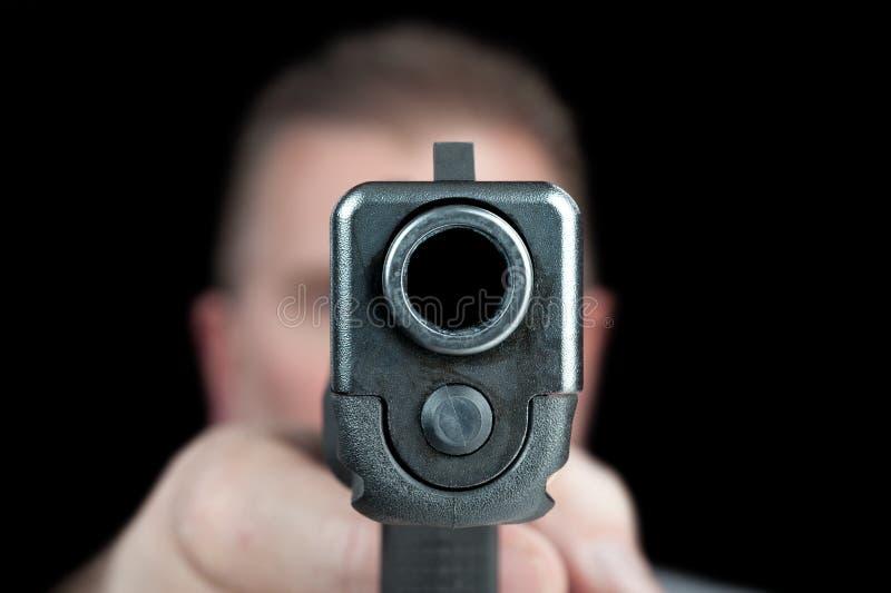Человек указывая пушка стоковые изображения rf
