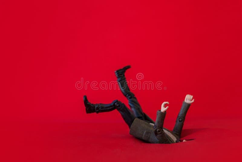 Человек упал в яму, бизнесмена и задолженность кредита Падение в отверстие задолженности стоковые изображения rf