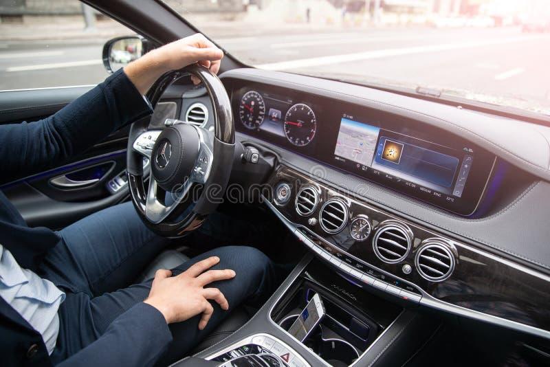 Человек управляет автомобилем Автомобиль предпринимательского класса Mersedes Maybach стоковое фото rf