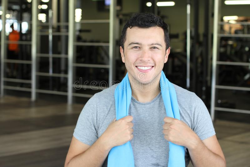 Человек усмехаясь на спортзале стоковые фото