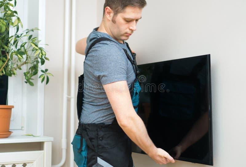 Человек устанавливая ТВ стоковые изображения