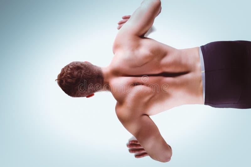 Человек фитнеса делать нажимает поднимает на поле стоковые изображения
