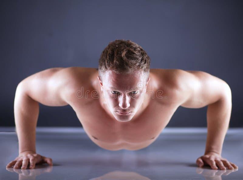 Человек фитнеса делать нажимает поднимает на поле стоковое изображение rf