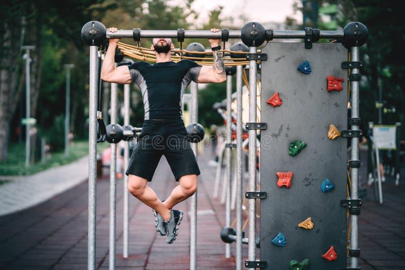 Человек фитнеса делая тягу поднимает и работает стоковые изображения rf