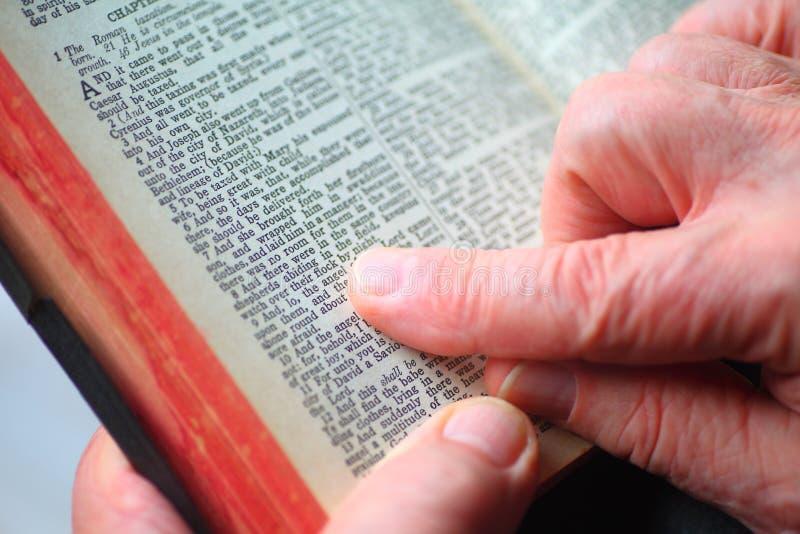 Человек читает рассказ рождества библии стоковые изображения