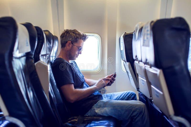 Человек читает текстовое сообщение на мобильном телефоне и говорит phon стоковые фотографии rf
