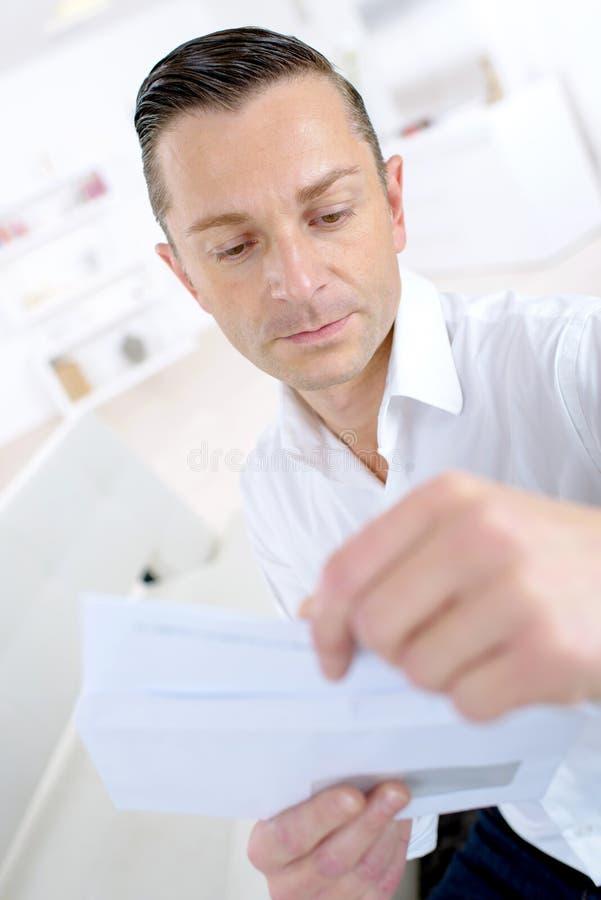 Человек читая письмо стоковые изображения