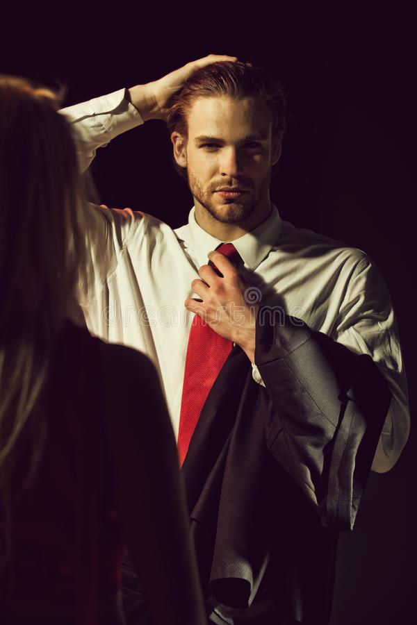 Человек, элегантный парень с белокурой женщиной, парой в влюбленности стоковая фотография rf