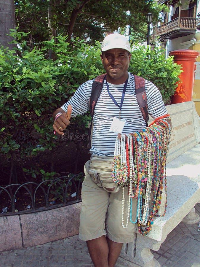 Человек Cartagena, Колумбии 19-ое ноября 2010/a местный продавая его h стоковое фото rf