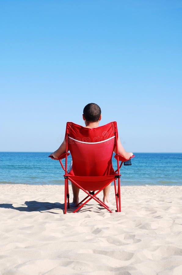 человек deckchair пляжа ослабляя стоковая фотография