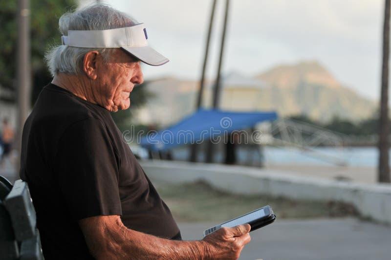 человек ebook стенда пляжа пожилой читает стоковые изображения