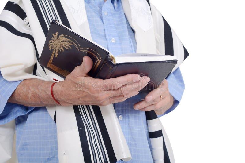 Человек Eldery еврейский обернутый в молить talit стоковые изображения rf