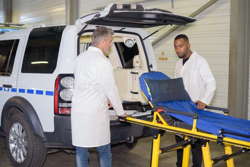 Человек Escue вытянул вне strecher машины скорой помощи стоковое изображение