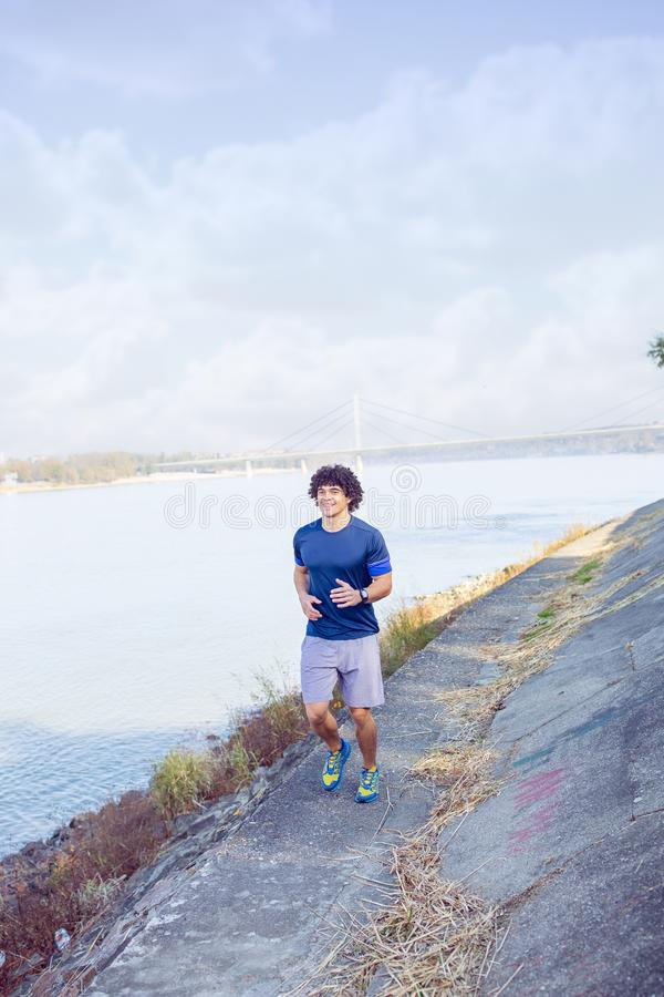 Человек jogging и бежать outdoors в природе стоковые фото