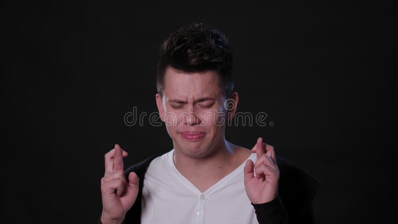 Человек mimicing против черной предпосылки стоковая фотография