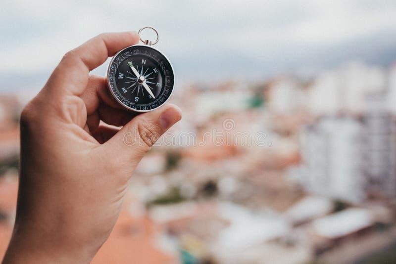 Человеческая рука, держащая компас стоковая фотография rf
