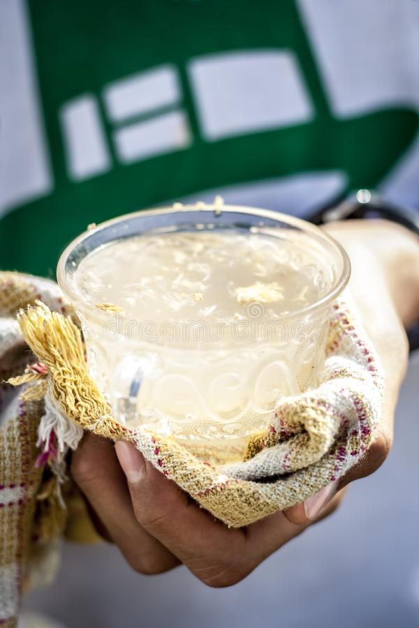 Человеческая рука держа белый лимон имбиря в его руке с полотенцем по мере того как оно горяче стоковые фотографии rf