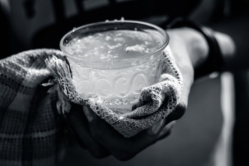 Человеческая рука держа белый лимон имбиря в его руке с полотенцем по мере того как оно горяче стоковое фото rf