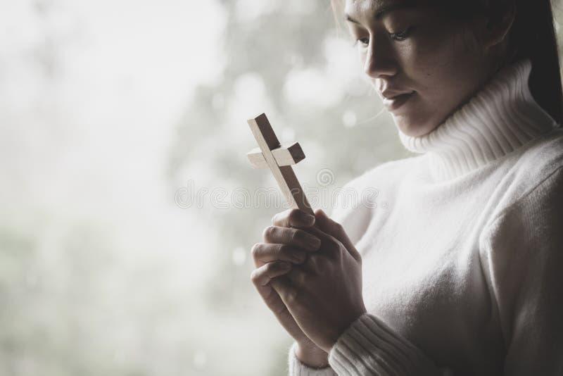 Человеческая рука держит крест Терапия евхаристии благословляет бога помогая Rep стоковые изображения rf