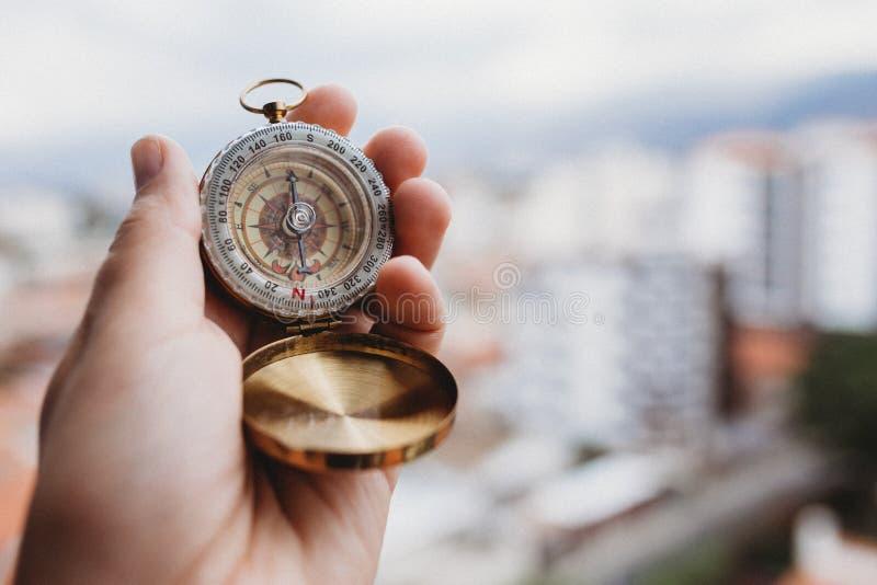 Человеческая рука с компасом стоковое фото