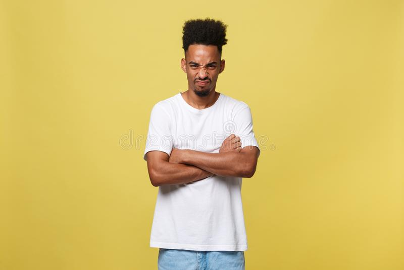 Человеческие выражения лица, эмоции и чувства Портрет сумашедшего сердитого молодого темнокожего мужчины одетого вскользь стоковое фото rf