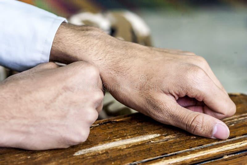 Человеческие руки на деревянной поверхности стоковое изображение
