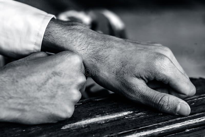 Человеческие руки на деревянной поверхности стоковая фотография