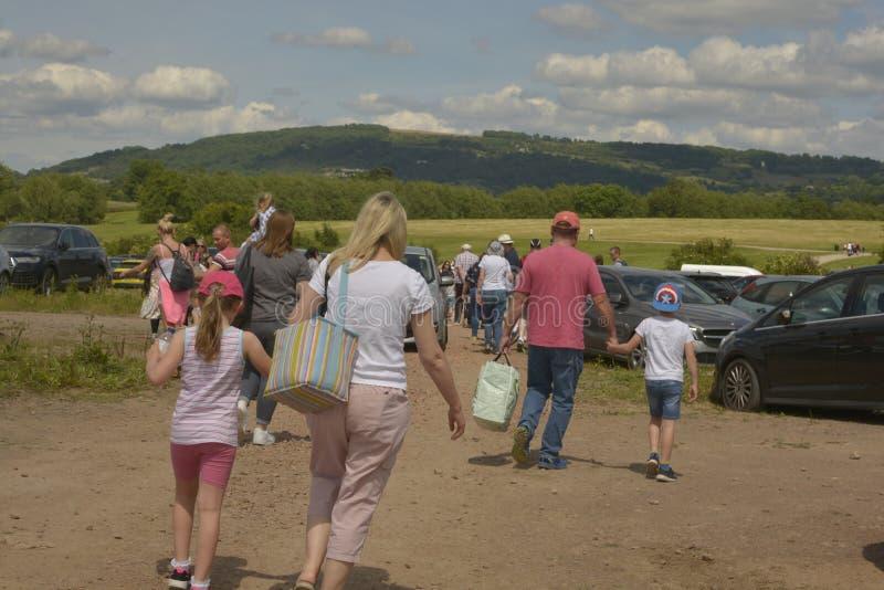 Челтенхем, Великобритания - 22-ое июня 2019: Люди от behinde на ежегодном фестивале на Челтенхеме, u баллона горячего воздуха K стоковое фото