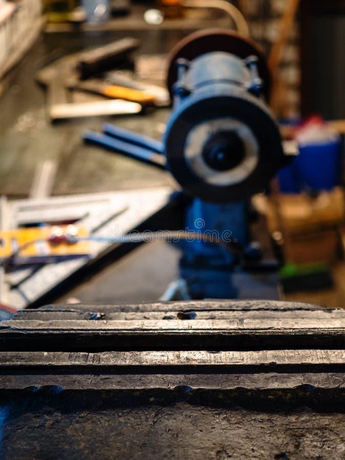челюсти конца тисков механической обработки вверх на таблице стоковые изображения rf