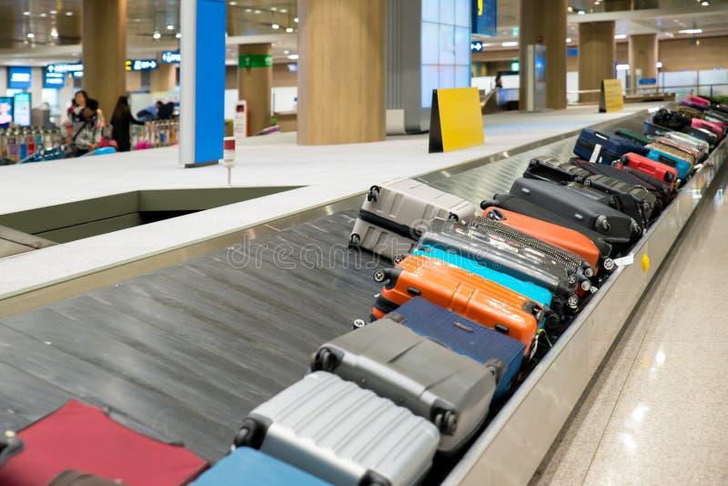 Чемодан или багаж с конвейерной лентой в авиапорте стоковая фотография rf