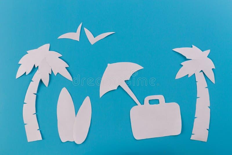 Чемодан на пляже стоковые изображения rf