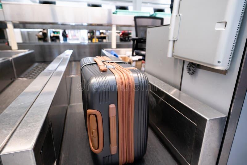 Чемодан на системе конвейерной ленты багажа на проверяет внутри стол в воздухе стоковые изображения