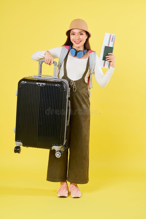 Чемодан путешественника поднимаясь стоковая фотография rf