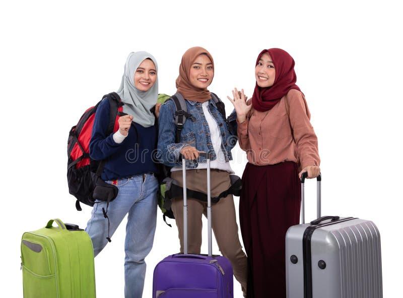 Чемодан удерживания положения женщины 3 hijab и сумка нося стоковое изображение