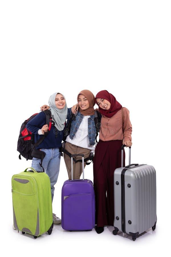 Чемодан удерживания положения женщины 3 hijab и сумка нося стоковое фото rf