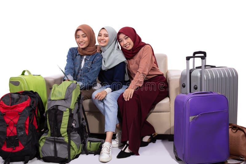 Чемодан удерживания путешественника 3 hijab сидя на кресле стоковые фотографии rf