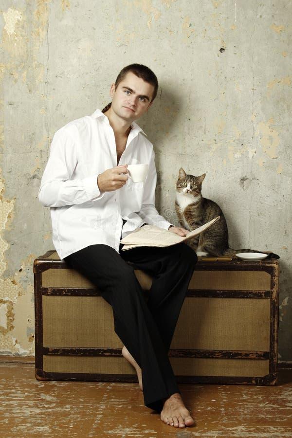 чемодан чтения человека кофе выпивая стоковые изображения
