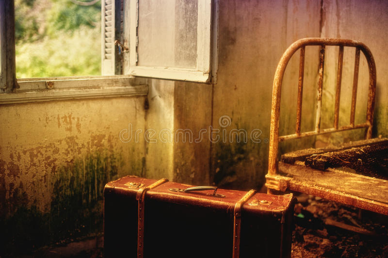 Чемодан в пустой комнате стоковое изображение rf