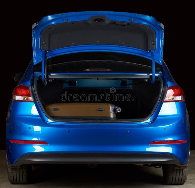 Чемодан в современном багажнике автомобиля стоковая фотография rf