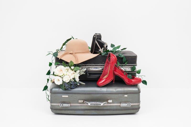 Чемодан с красными ботинками, шляпой и камерой готовыми для перемещения стоковая фотография