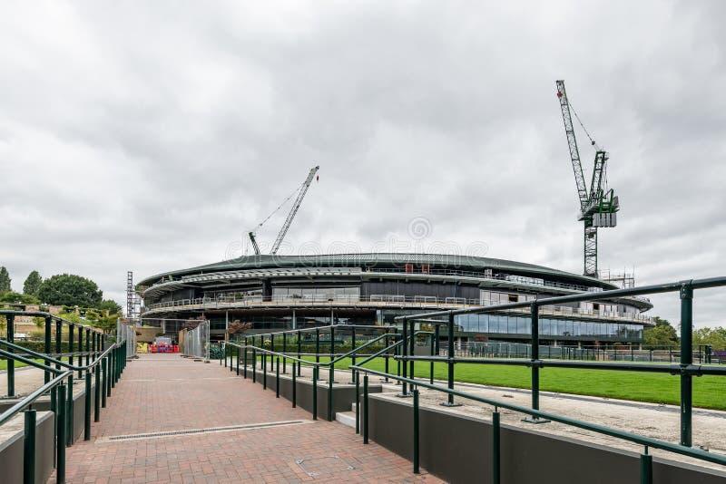 Чемпионаты тенниса лужайки Уимблдона 1 будучи устанавливанными крышу суда стоковые изображения rf