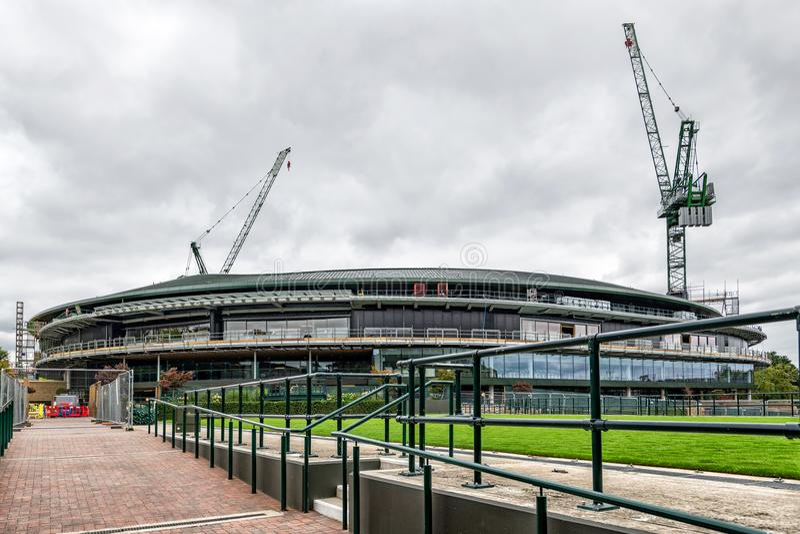 Чемпионаты тенниса лужайки Уимблдона 1 будучи устанавливанными крышу суда стоковые фотографии rf