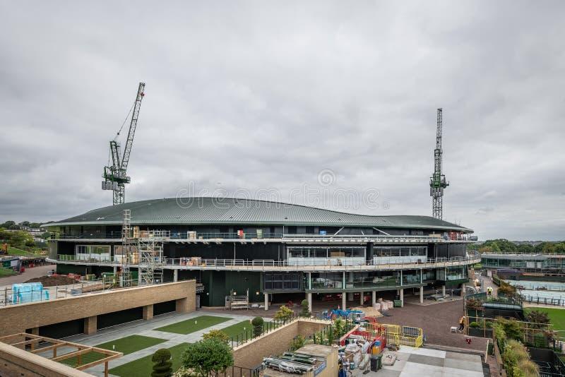 Чемпионаты тенниса лужайки Уимблдона 1 будучи устанавливанными крышу суда стоковые изображения