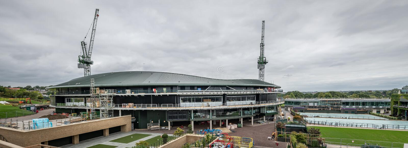 Чемпионаты тенниса лужайки Уимблдона 1 будучи устанавливанными крышу суда стоковое фото rf