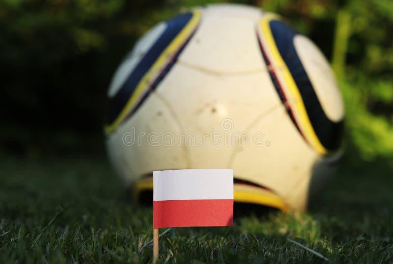 Чемпионат мира по футболу 2022 Евро-2020 Государственный флаг Польши с футбольным классическим бело-желтым и черным мячем Огромна стоковое фото