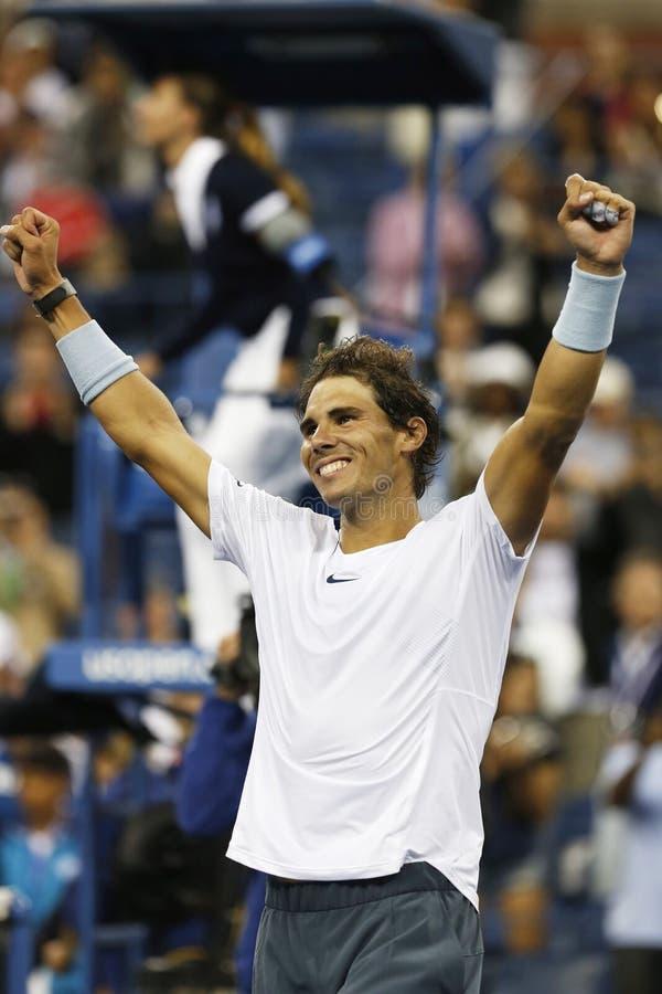 Чемпион Рафаэль Nadal грэнд слэм 12 времен празднует победу после того как спичка полуфинала на США раскрывает 2013 стоковое изображение