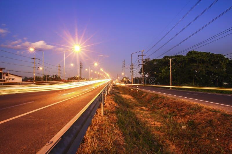 Через вечер дороги шоссе движения после захода солнца стоковая фотография