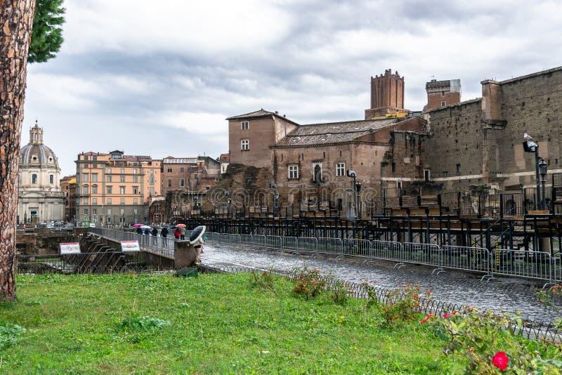 Через дорогу Dei Fori Imperiali имперских форумов вдоль форума Augustus в Риме стоковые изображения